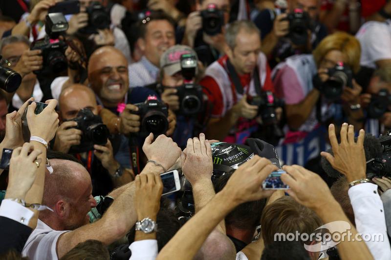 Segundo lugar y nuevo campeón mundial Nico Rosberg, de Mercedes AMG Petronas F1 celebra en parc ferm