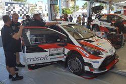 Meccanici Toyota a lavoro sulle Yaris WRC