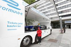 Nick Heidfeld, Mahindra Racing asiste a un evento de publicidad en la ciudad de Berlín
