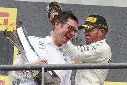 Podium : le vainqueur Lewis Hamilton, Mercedes AMG F1, Andrew Shovlin, ingénieur de course en chef, Mercedes AMG F1