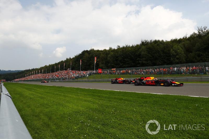 Max Verstappen, Red Bull Racing RB13, Daniel Ricciardo, Red Bull Racing RB13 y Fernando Alonso, McLaren MCL32