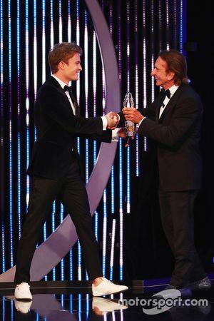 Nico Rosberg, Emerson Fittipaldi'den ödülünü alıyor