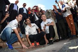 Pilotos del Porsche Team. Romain Dumas, Neel Jani, Marc Lieb con la placa de ganadores 2016