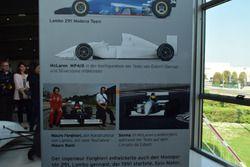 Pannello con i dettagli della McLaren MP4/8 e Lambo 291