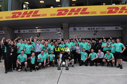 Ganador de la carrera Lewis Hamilton, Mercedes AMG F1 celebra con Valtteri Bottas, Mercedes AMG F1 y el equipo