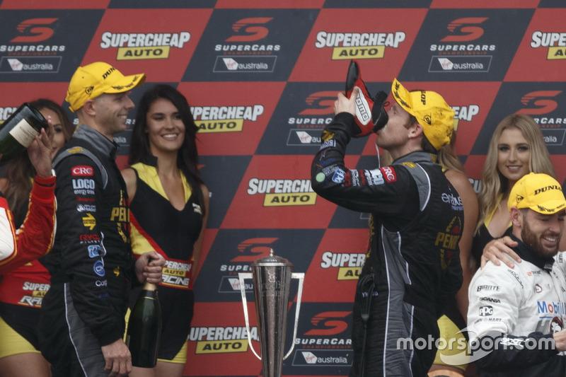 Подиум: победители гонки Люк Юлден, Дэвид Рейнольдс, Erebus Motorsport Holden