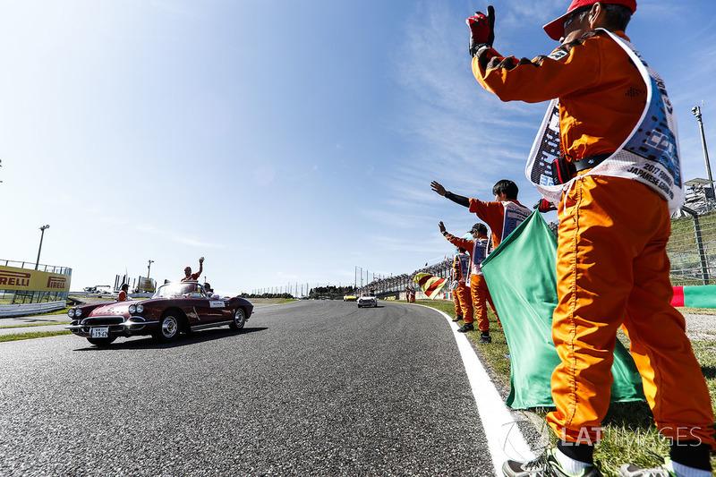 Oficiales de pista ven a Sebastian Vettel, Ferrari