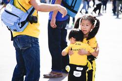 De jeunes fans de Renault Sport F1 Team