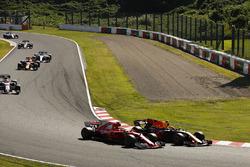 Daniel Ricciardo, Red Bull Racing RB13, passe Sebastian Vettel, Ferrari SF70H, au départ