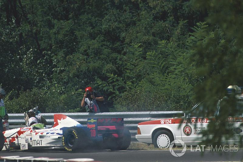 Taki Inoue, Arrows FA16 yangın söndürmeye çalışırken tıbbi araç tarafından düşürülüyor