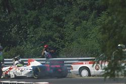 Гонщик Arrows Таки Иноуэ падает с ног, сбитый медицинским автомобилем