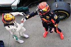 Winnaar Lewis Hamilton, Mercedes AMG F1 viert in parc ferme met Max Verstappen, Red Bull Racing
