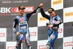 Podio: il terzo classificato Michael van der Mark, Pata Yamaha, il secondo classificato Alex Lowes,