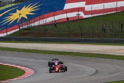 Sebastian Vettel, Ferrari SF70H y Sergio Perez, Sahara Force India VJM10