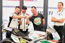 Lucio Cecchinello, Team LCR Honda Team Principal, Aaron Slight compare fingers,