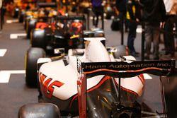 Гоночный автомобиль команды Haas на стенде журнала F1 Racing