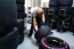 Un ingeniero de McLaren marca algunos neumáticos