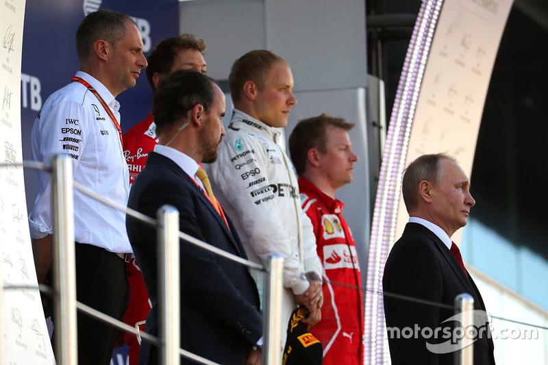 Президент России Владимир Путин, Валттери Боттас, Mercedes AMG F1, Себастьян Феттель, Ferrari, Кими Райкконен, Ferrari, гоночный инженер Mercedes AMG F1 Тони Росс