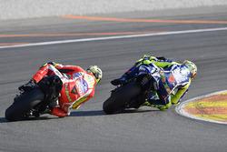 Валентино Росси, Yamaha Factory Racing, и Андреа Янноне, Ducati Team