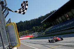Bandiera a scacchi per Callum Ilott, Prema Powerteam, Dallara F317 - Mercedes-Benz