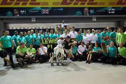 Le vainqueur Lewis Hamilton, Mercedes AMG F1, troisième place Valtteri Bottas, Mercedes AMG F1, font la fête avec l'équipe
