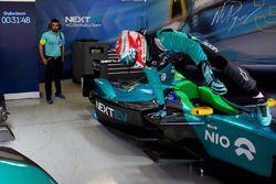 Nelson Piquet Jr., NEXTEV TCR Formula E Team, salta frente al garaje