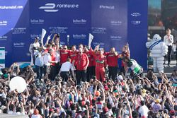Podio: ganador de la carrera Lucas di Grassi, Audi Sport Team Abt celebra con el equipo