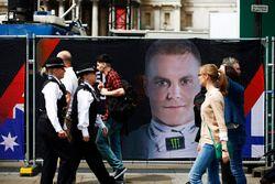 Agentes de la policía junto a un retrato de Valtteri Bottas, Mercedes AMG F1