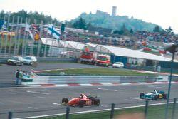 Jean Alesi, Ferrari 412T2 devant Michael Schumacher, Benetton B195