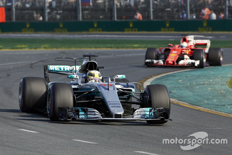 Lewis Hamilton, Mercedes AMG F1 W08,precede Sebastian Vettel, Ferrari SF70H