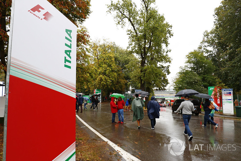 Los fans se protegen de la lluvia