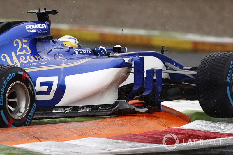 Marcus Ericsson, Sauber C36, sobre un bordillo