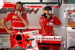 Sebastian Vettel, Ferrari, y un mecánico del equipo
