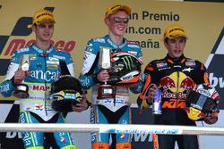 Podio: segundo lugar Sergio Gadea, ganador de la carrera Bradley Smith y tercer lugar Marc Márquez