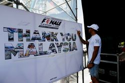 Lewis Hamilton, Mercedes AMG F1, en el escenario de la F1