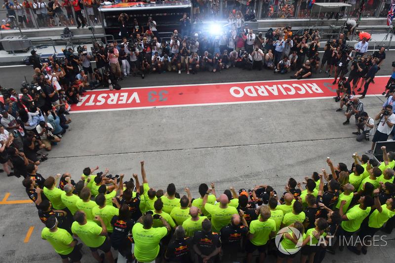 Il vincitore della gara Max Verstappen, Red Bull Racing e Daniel Ricciardo, Red Bull Racing festeggano con il team