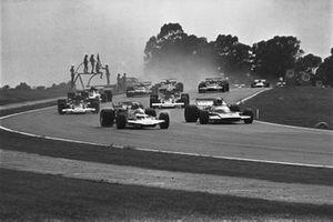 Rolf Stommelen, Surtees TS7 Cosworth, lidera a Chris Amon, Matra MS120 Cosworth al inicio