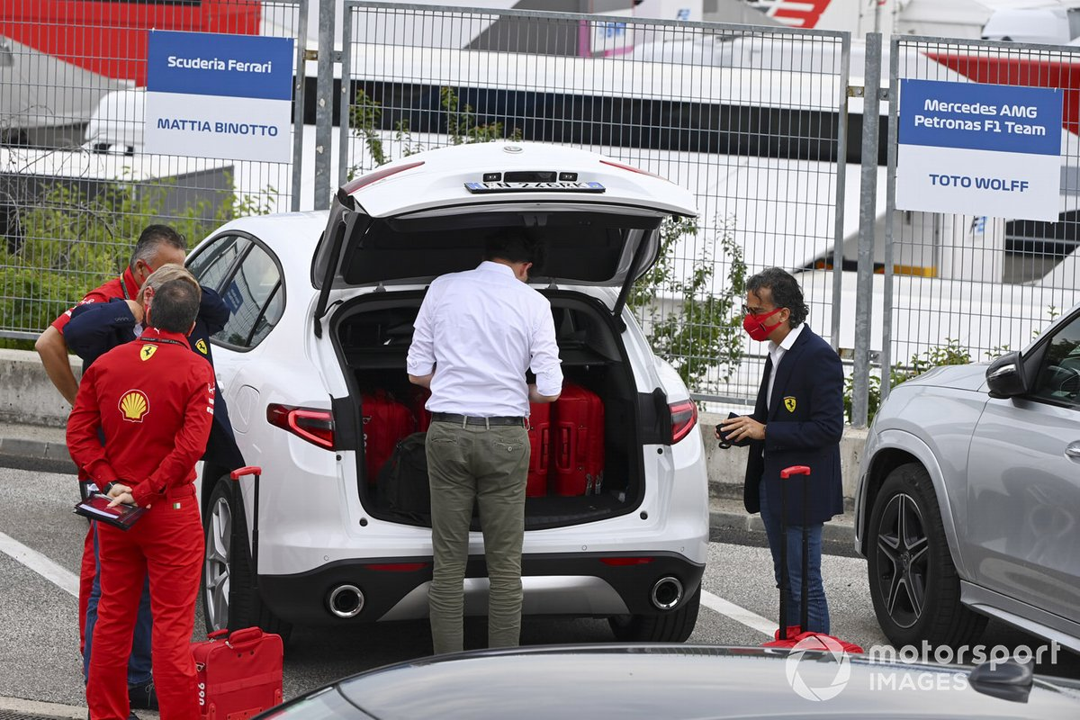 Mattia Binotto, director de la escudería Ferrari, y Laurent Mekies, director deportivo de la escudería Ferrari, llegan al circuito