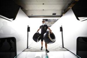 Meccanico Mercedes con i pneumatici Pirelli