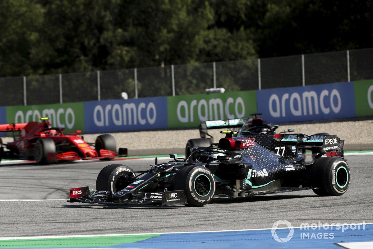 Valtteri Bottas, Mercedes F1 W11 EQ Performance, Lewis Hamilton, Mercedes F1 W11 EQ Performance, y Charles Leclerc, Ferrari SF1000