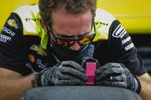 Simon Pagenaud, Team Penske Chevrolet, crew member Samuel Emery