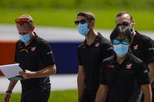 Romain Grosjean, Haas F1, cammina lungo il tracciato