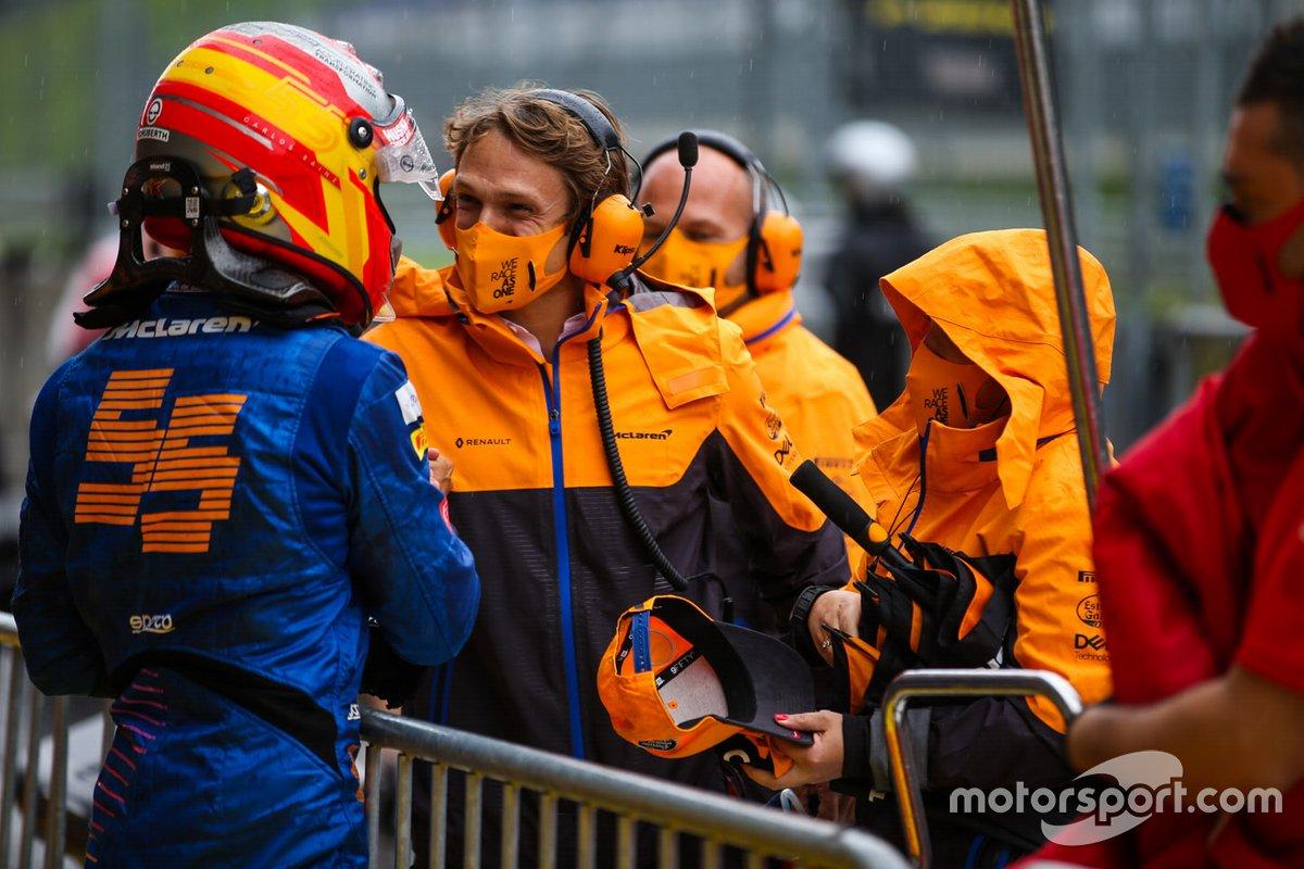 Carlos Sainz Jr., McLaren, es felicitado en parc ferme por sus colegas después de calificar