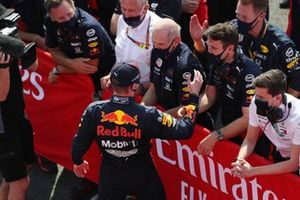 Race winner Max Verstappen, Red Bull Racing RB16, celebrates with Christian Horner, Team Principal, Red Bull Racing, Helmut Marko, Consultant, Red Bull Racing, Adrian Newey, Chief Technical Officer, Red Bull Racing, and his team in Parc Ferme