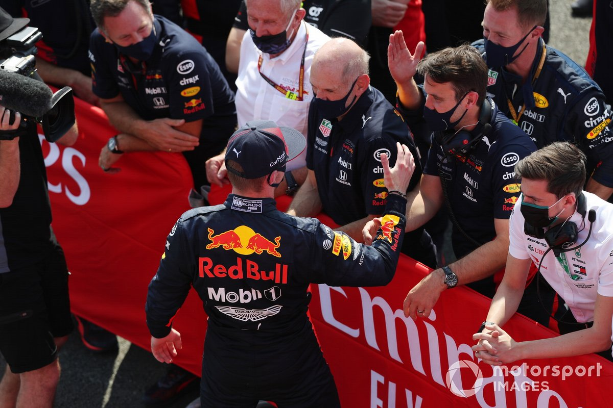 Il vincitore della gara Max Verstappen, Red Bull Racing RB16, festeggia con Christian Horner, Team Principal, Red Bull Racing, Helmut Marko, Consulente, Red Bull Racing, Adrian Newey, Chief Technical Officer, Red Bull Racing, nel parc ferme