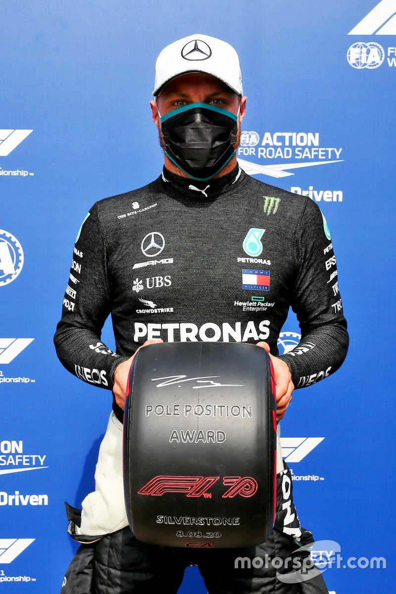 Ganador de la pole Valtteri Bottas, Mercedes-AMG Petronas F1 con el premio Pirelli pole position