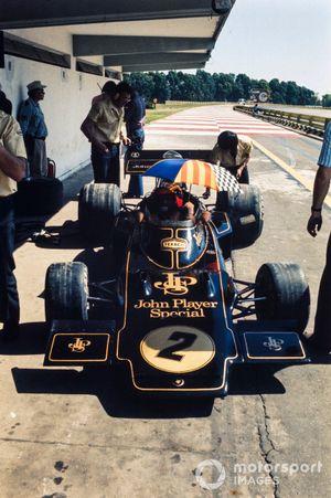 Emerson Fittipaldi, Lotus 72D Ford, dans les stands