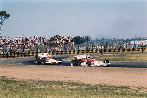 Howden Ganley, BRM P160B davanti al compagno di squadra Alex Soler-Roig, BRM P160B, GP d'Argentina del 1972