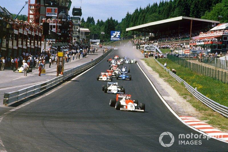 Единственное, что организаторы смогли предложить болельщикам – перенесли на время, предназначенное для Ф1, гонку «младшей» Формулы 3000. Но песок, как водится, оказался неважной заменой овсу