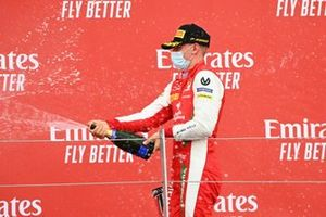 Mick Schumacher, Prema Racing fête sur le podium avec le champagne